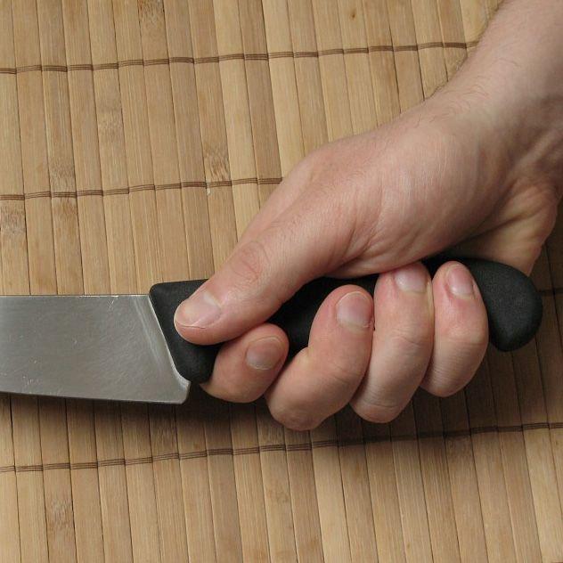 Шеф-нож Victorinox с широким лезвием длиной 22 см универсальный