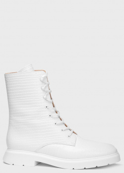 Белые ботинки Stuart Weitzman с тиснением кроко, фото