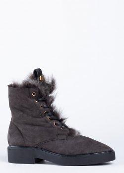 Темно-серые ботинки Stuart Weitzman из замши на меху, фото