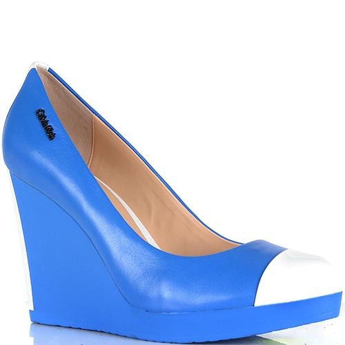 Туфли Calvin Klein на высокой танкетке насыщенно-голубого цвета, фото