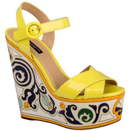 Босоножки Dolce & Gabbana желтого цвета лаковые с узором на танкетке, фото