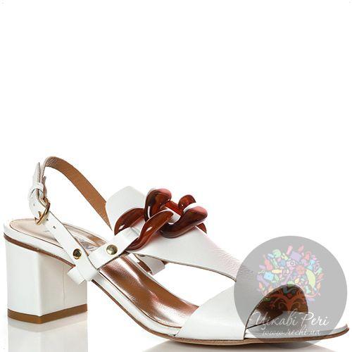 Босоножки Studio Pollini кожаные белые с коричневой пряжкой в форме цепи, фото