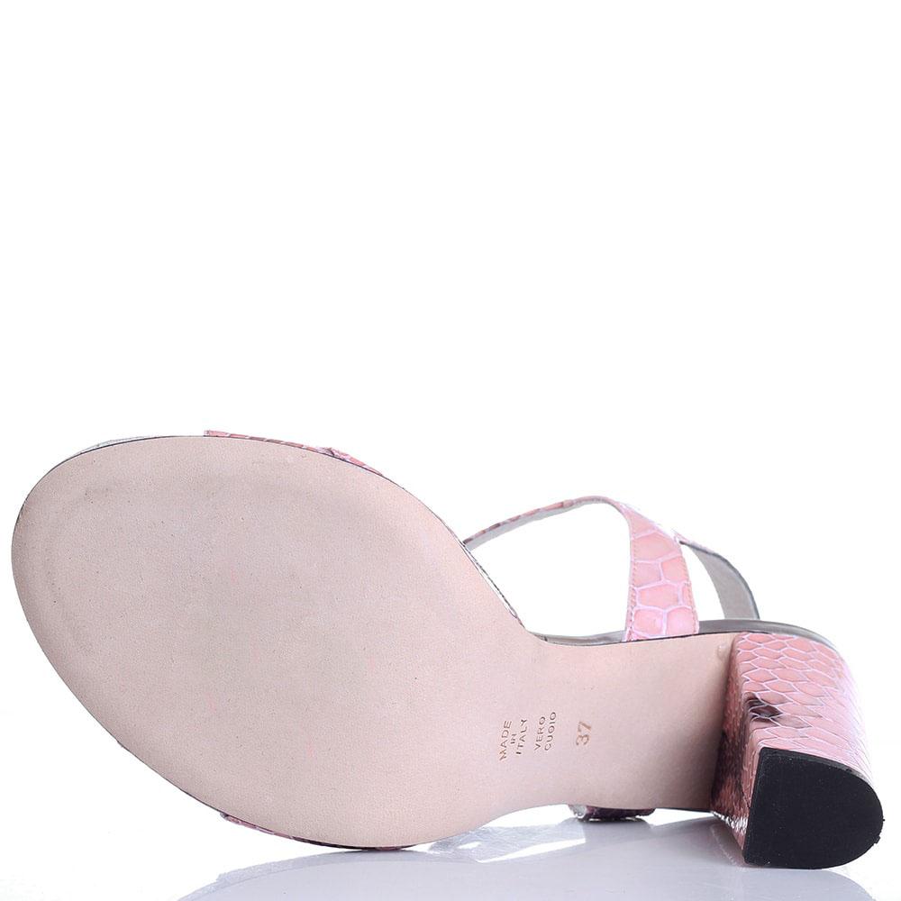 Босоножки из лаковой кожи Claudio Fracassa розового цвета с тиснением под рептилию