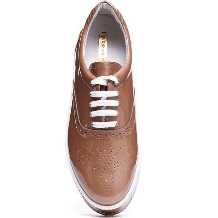 Броги бежевого цвета из лаковой кожи Modus Vivendi на шнуровке и толстой подошве