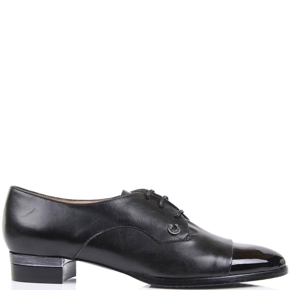Туфли Pakerson черного цвета с лаковым носочком и декором в виде маленькой подковы