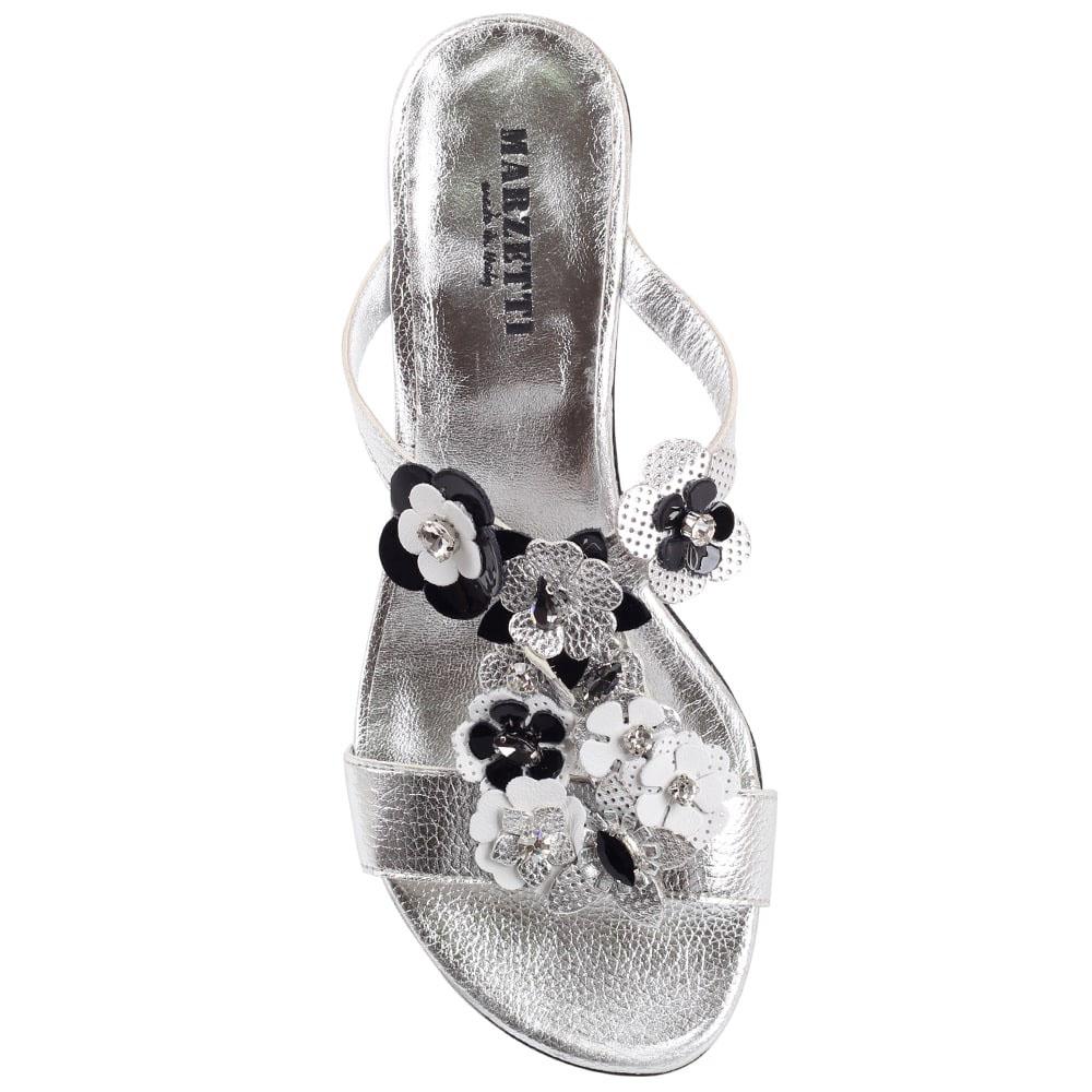 Босоножки из серебристой кожи Marzetti украшенные цветочками