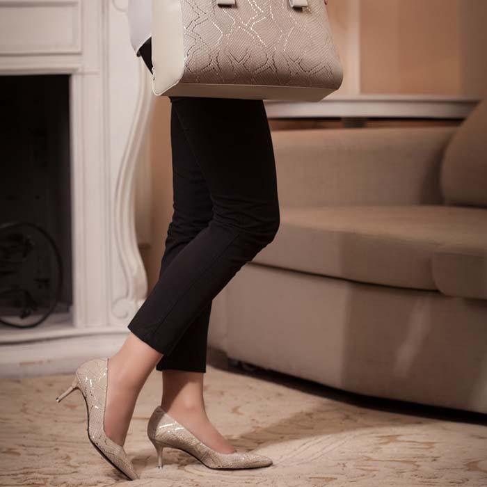 Туфли-лодочки Modus Vivendi из натуральной кожи бежевого цвета на среднем каблуке