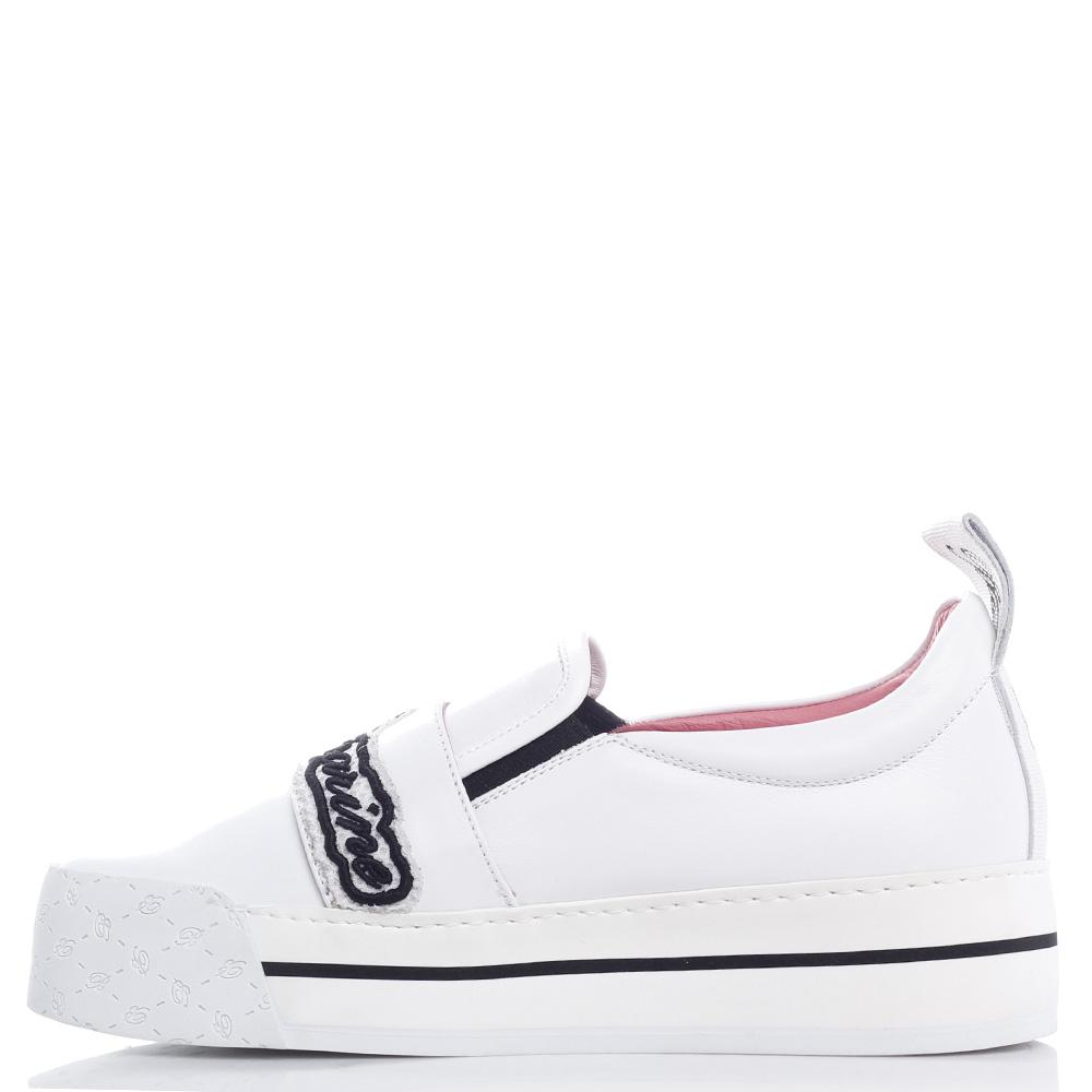 Белые слипоны Blumarine с брендовой вышивкой