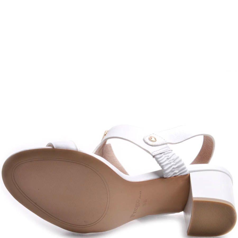 Босоножки Prego белого цвета на устойчивом каблуке с металлическим декором