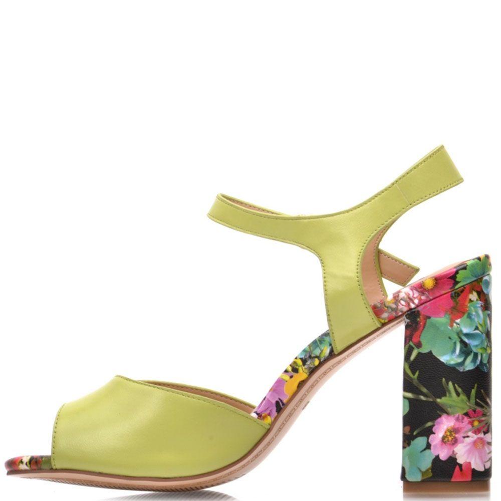 Босоножки Prego из натуральной кожи салатового цвета с цветочным принтом на каблуке