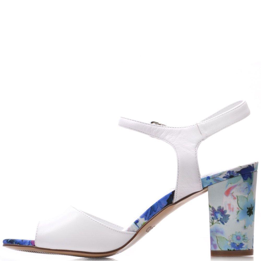 Кожаные босоножки Prego белого цвета с устойчивым каблуком в цветочном принте