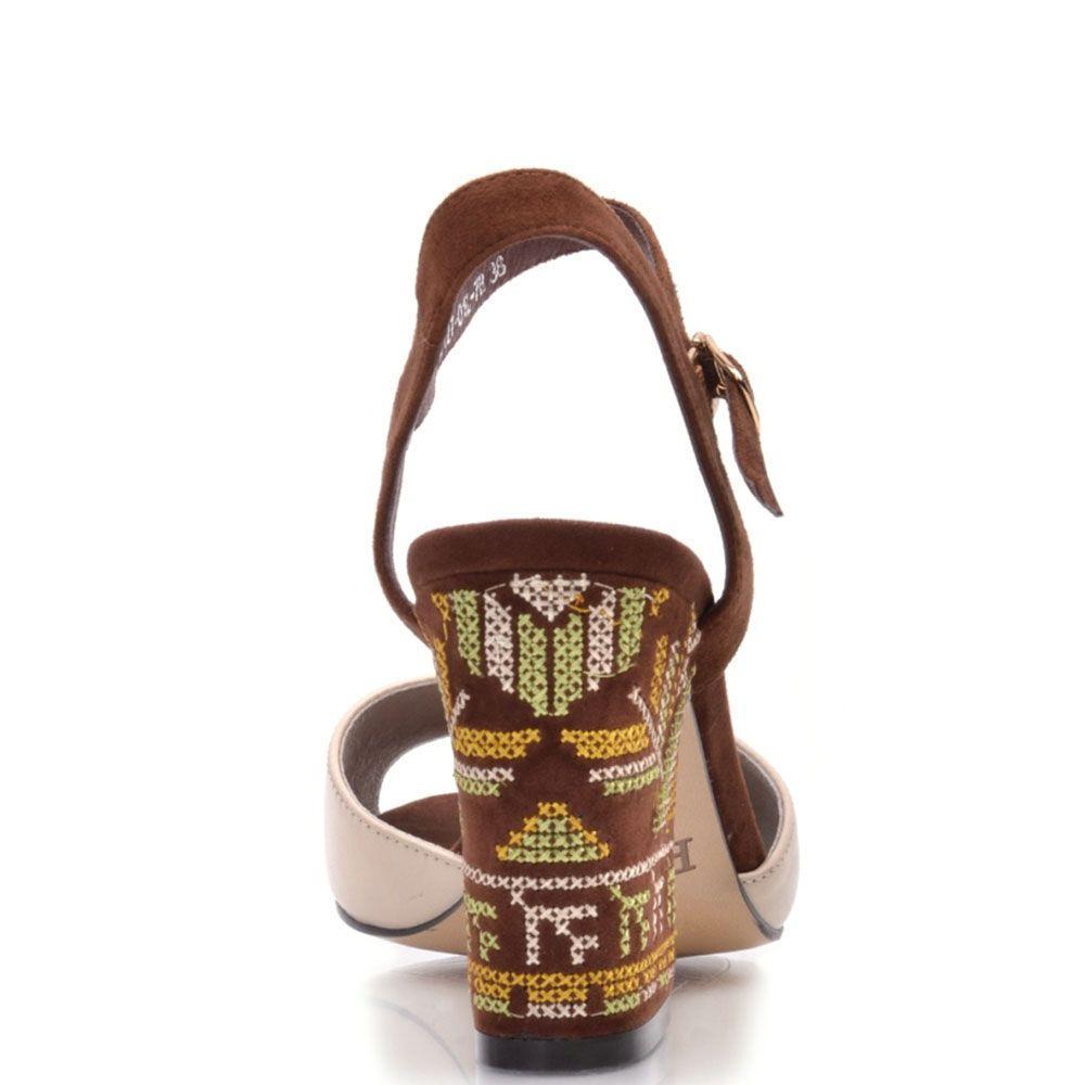 Босоножки Prego из кожи бежево-коричневые с принтом на каблуке