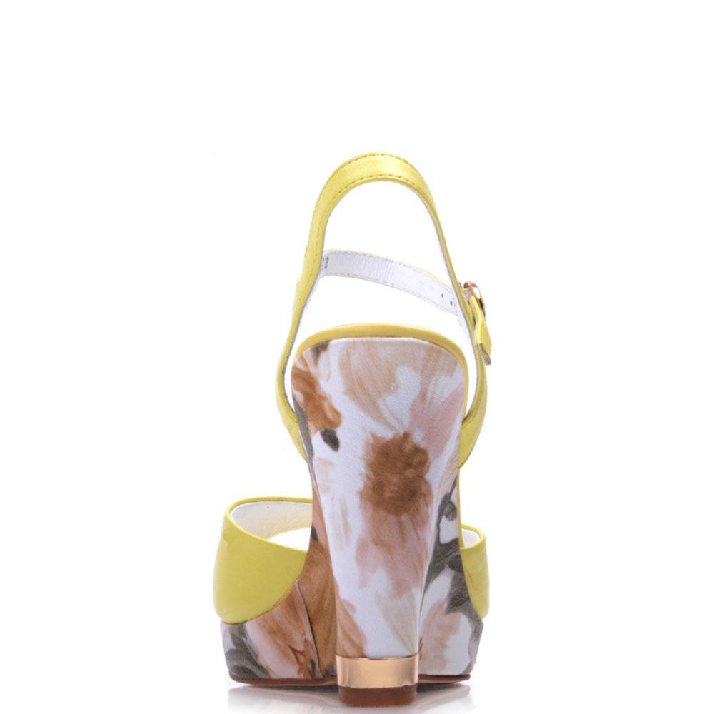 Кожаные босоножки Prego желтого цвета на высокой принтованной танкетке в пастельных тонах