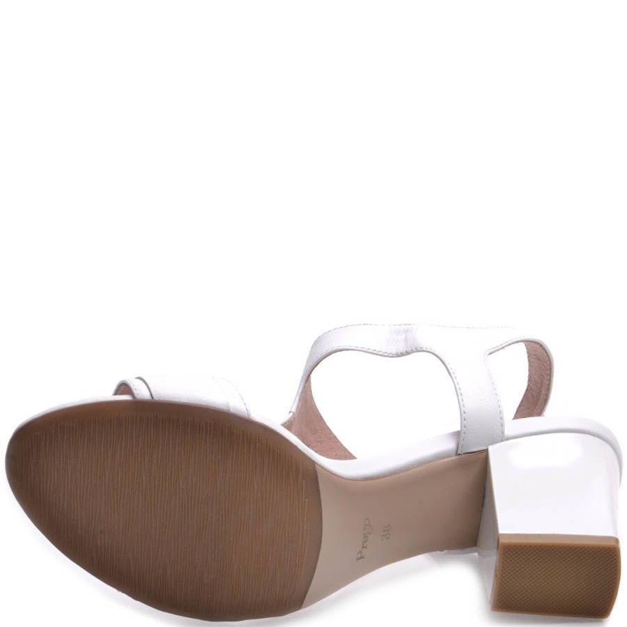 Босоножки Prego на толстом каблуке белого цвета с металлической рамкой на перемычке