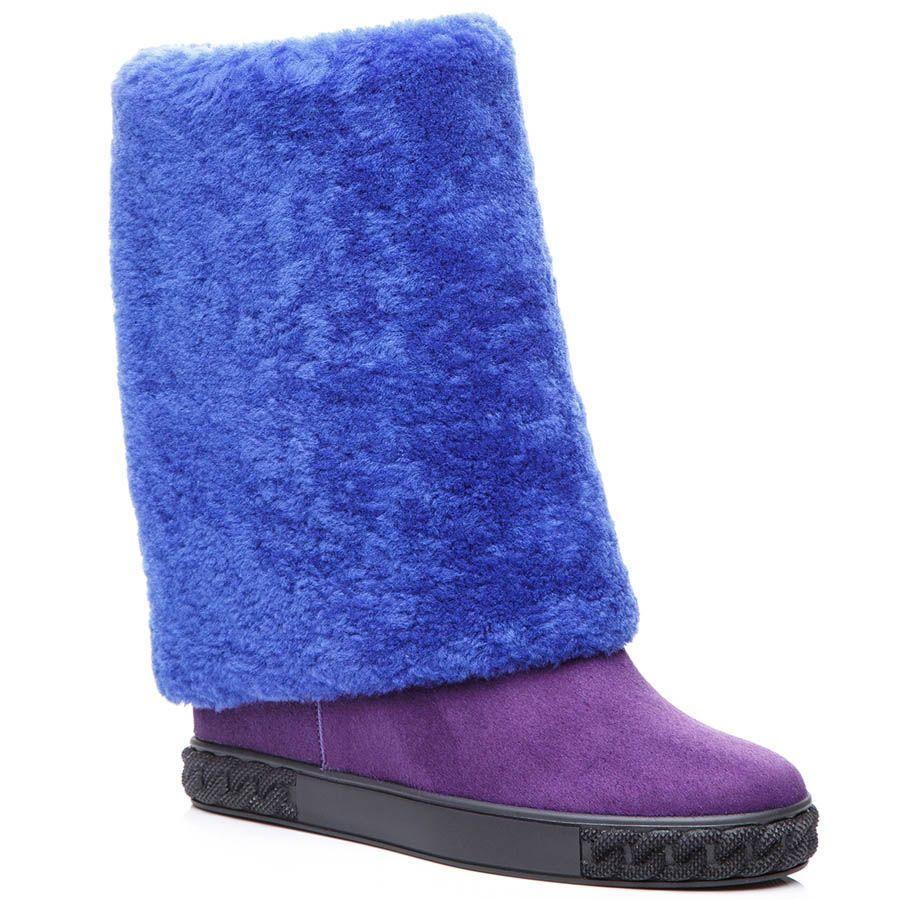 Высокие сапоги Casadei замшевые фиолетового цвета с меховым отворотом и скрытой танкеткой