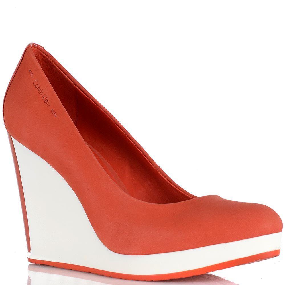 Туфли Calvin Klein из нубука кораллового цвета на высокой белой танкетке