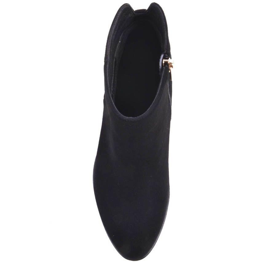 Ботильоны Prego черного цвета замшевые на широком каблуке с рельефной подошвой и хлястиком сзади украшеным золотистым кружком