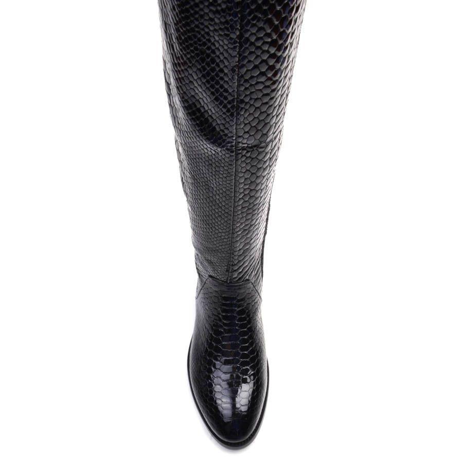 Сапоги Prego черного цвета лаковые на плоском ходу с тиснением под кожу змеи