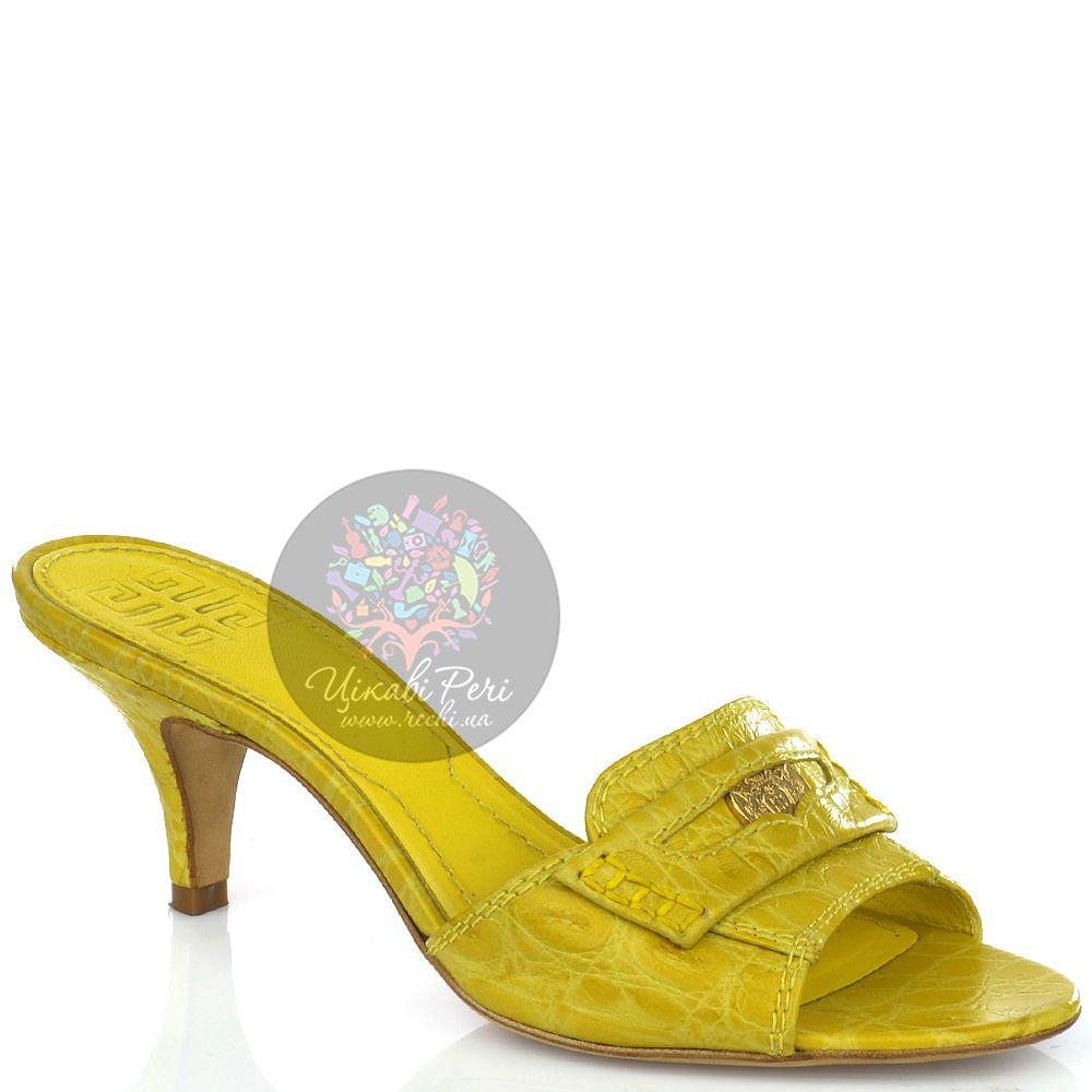 Босоножки Givenchy из фактурной лаковой кожи лимонного цвета