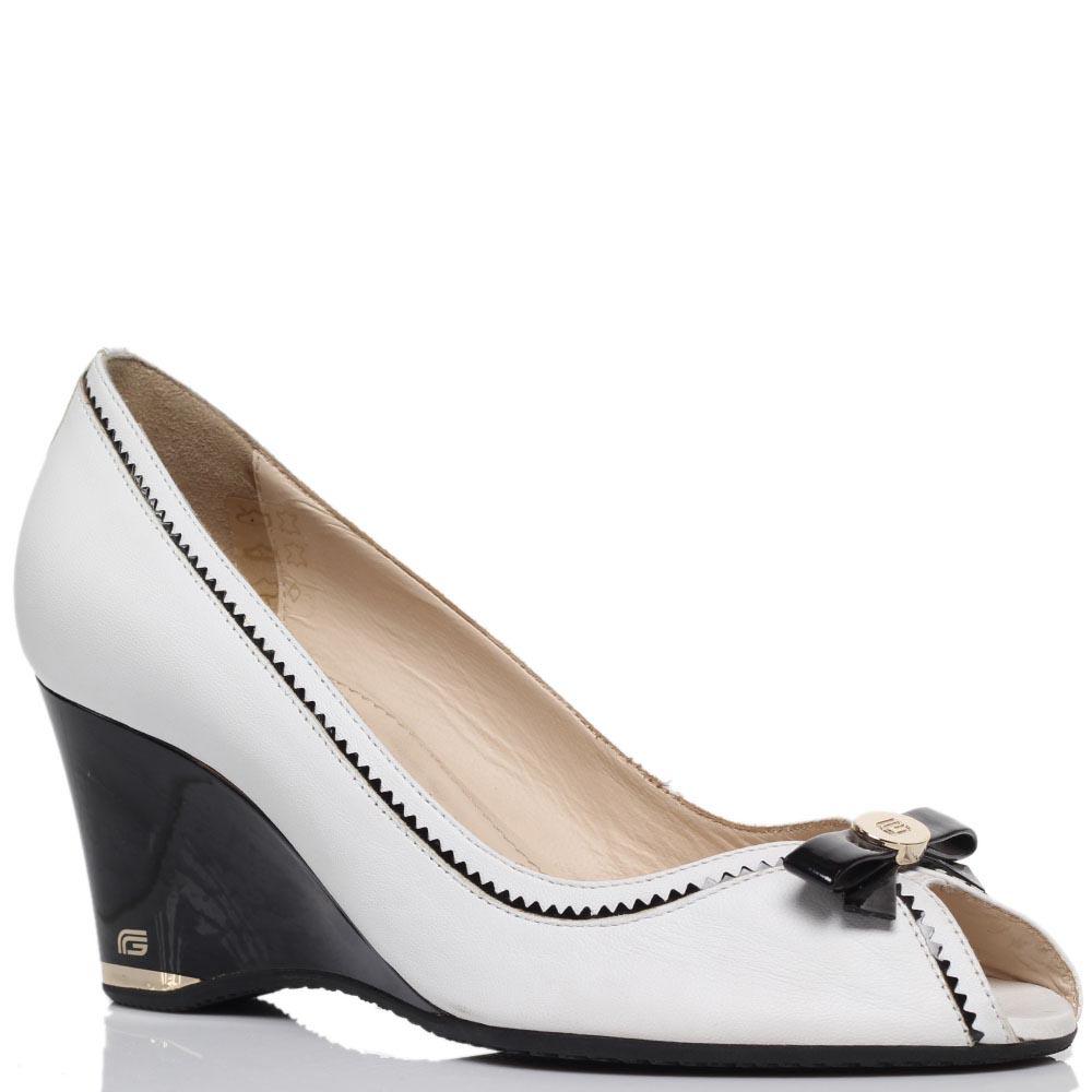 Кожаные туфли белого цвета с открытым носочком Giovani Fabiani на танкетке
