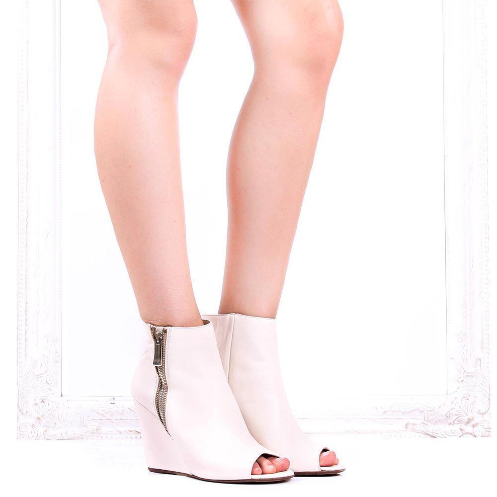Кожаные ботильоны The Seller Julie Dee молочного цвета с открытым носочком