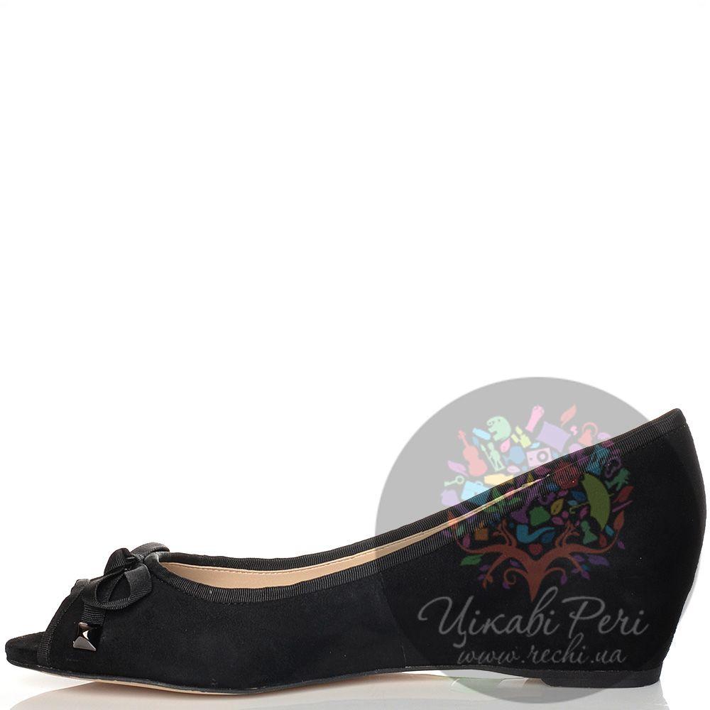 Туфли Laura Mannini на скрытой низкой танкетке замшевые черные с открытым носком