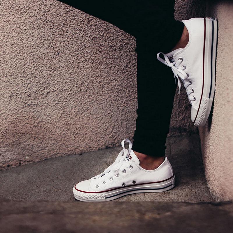 Белые кеды Converse Chuck Taylor с полосами вдоль подошвы