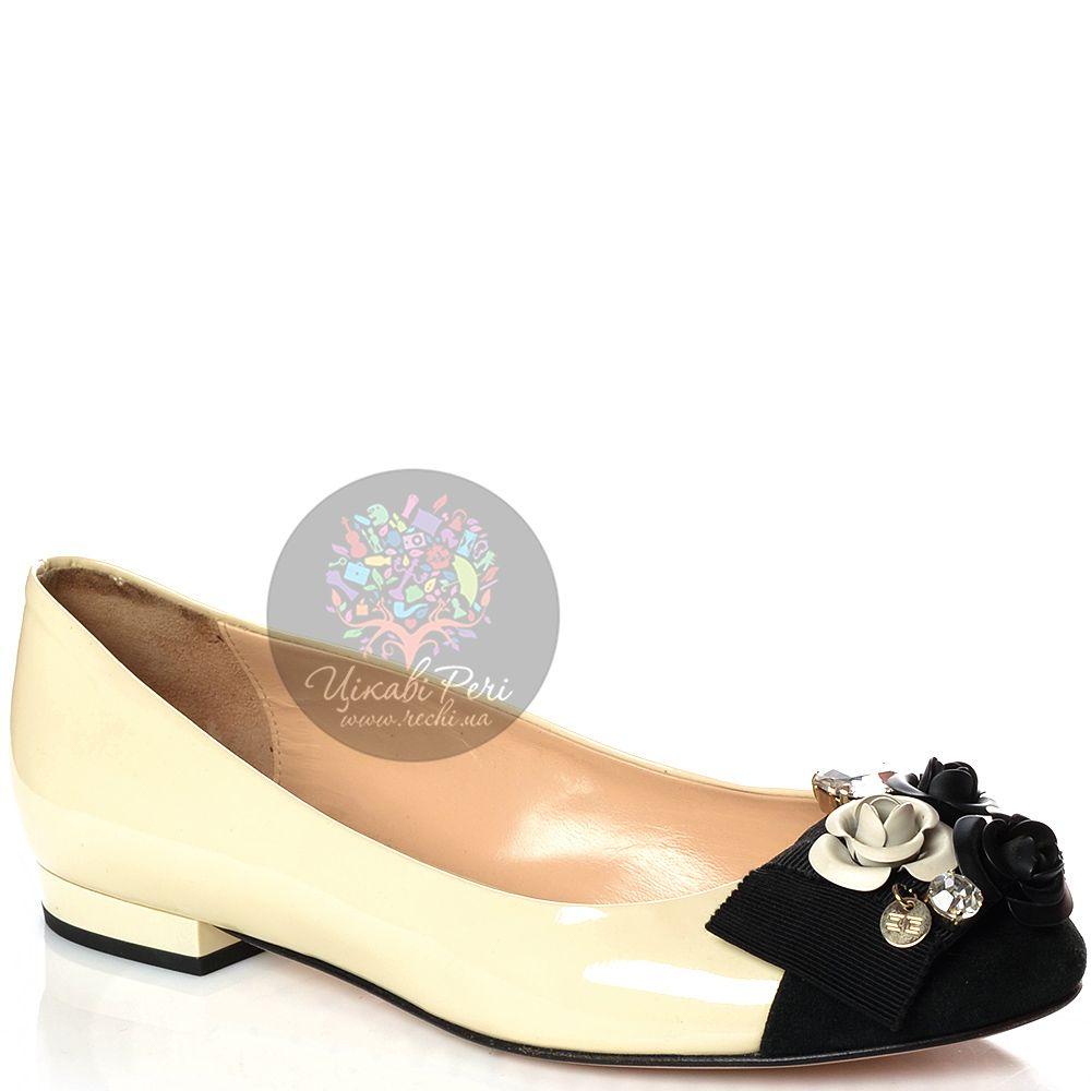 Балетки Elisabetta Franchi кожаные кремовые с черным носком и цветочным декором