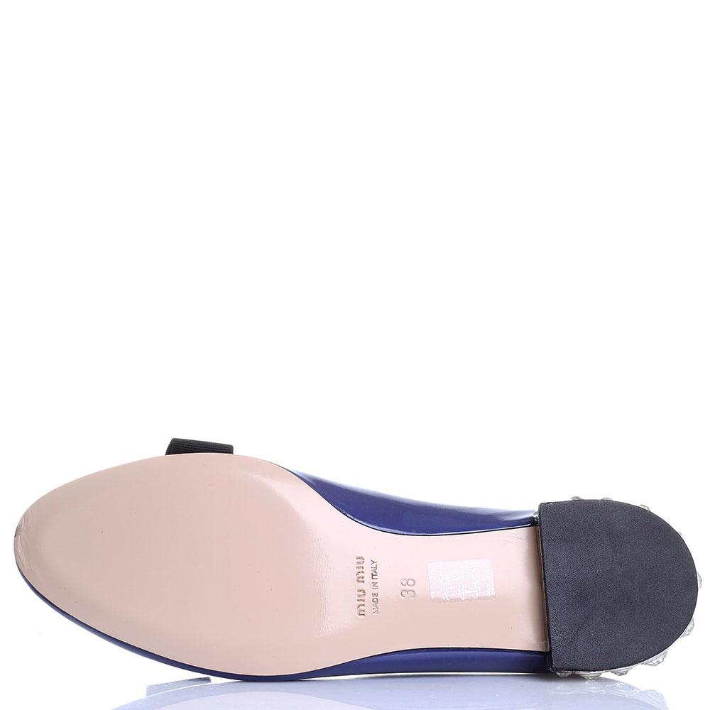 Синие лаковые туфли на низком ходу Miu Miu с камнями на каблучке