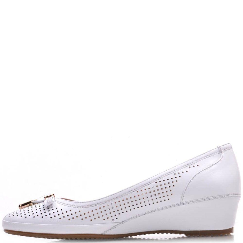 Туфли Prego из натуральной белой кожи на танкетке с перфорацией