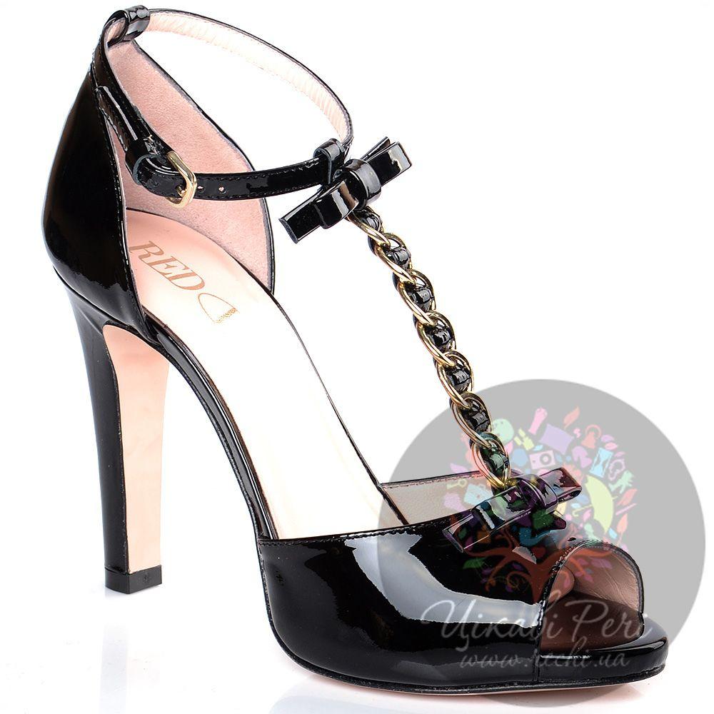 Туфли дОрсе Red Valentino на шпильке черные кожаные лаковые с декорированным цепочкой Т-ремешком