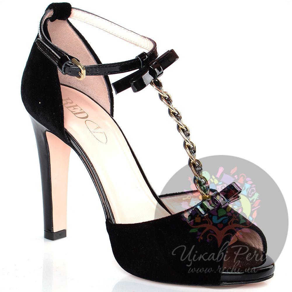 Туфли дОрсе Red Valentino на шпильке черные велюровые с декорированным цепочкой и бантами Т-ремешком