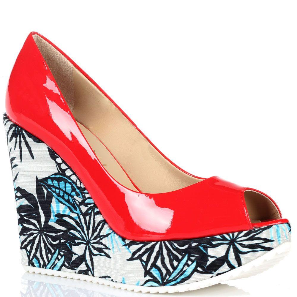 Туфли на танкетке из лаковой кожи с открытым носочком Vicini красного цвета