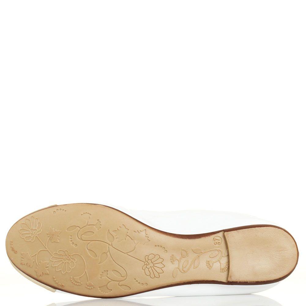 Кожаные балетки Ovye белые с золотистым носочком