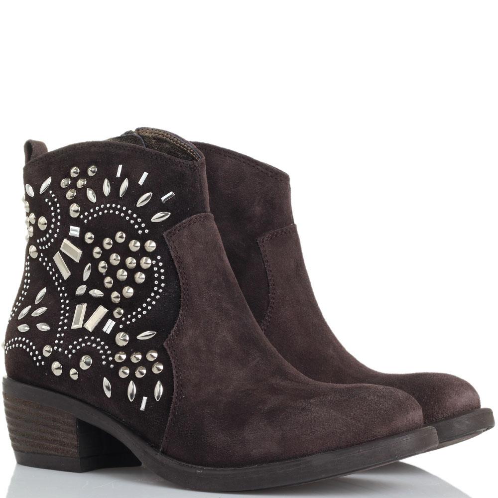 Замшевые ботинки Tosca Blu коричневого цвета с декором из металлических заклепок