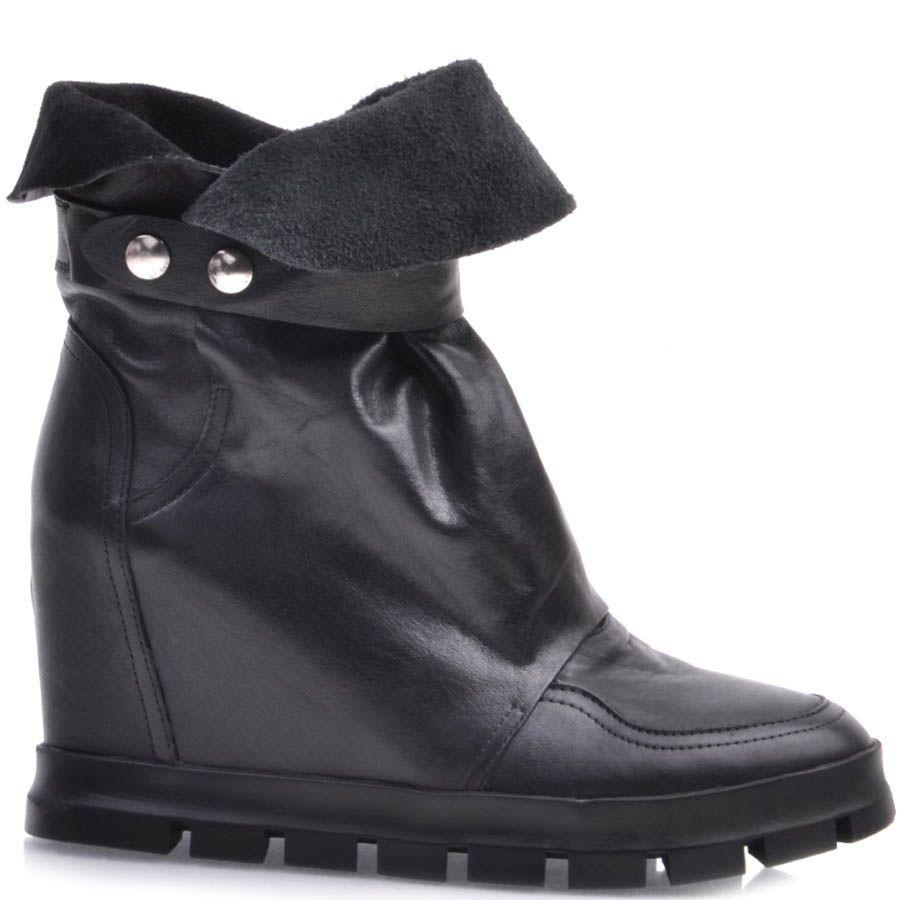 Ботинки Prego черного цвета со скрытой танкеткой и мягким голенищем с пряжкой