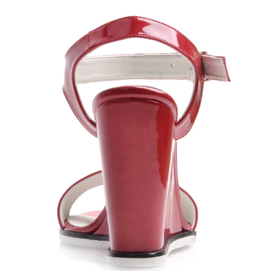 Босоножки Prego лаковые на танкетке с ремешком красного цвета