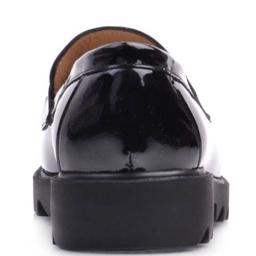 Лоферы Prego лаковые черного цвета с металлическим декором на перемычке и рельефной подошвой