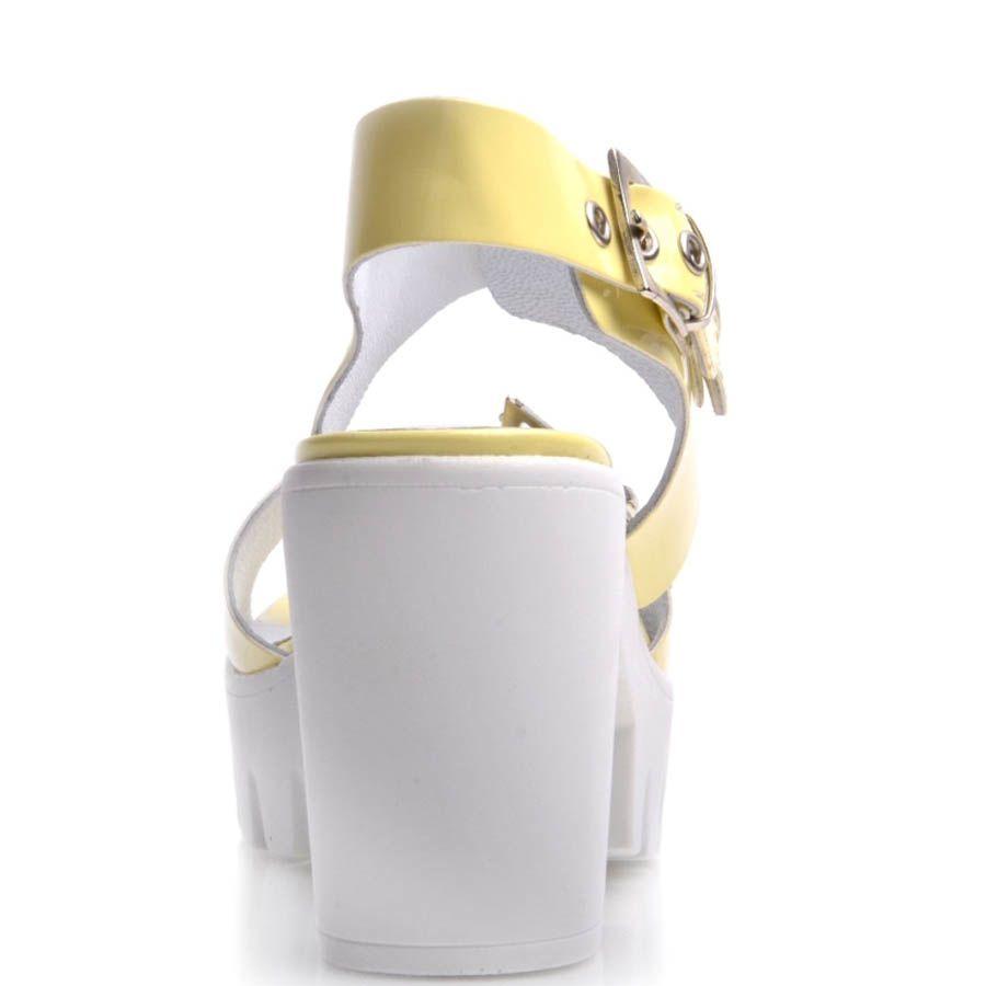 Босоножки Prego желтые лаковые на толстом каблуке с металлическими ремешками