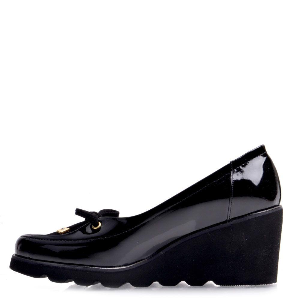 Туфли Prego из натуральной лаковой кожи черного цвета на танкетке