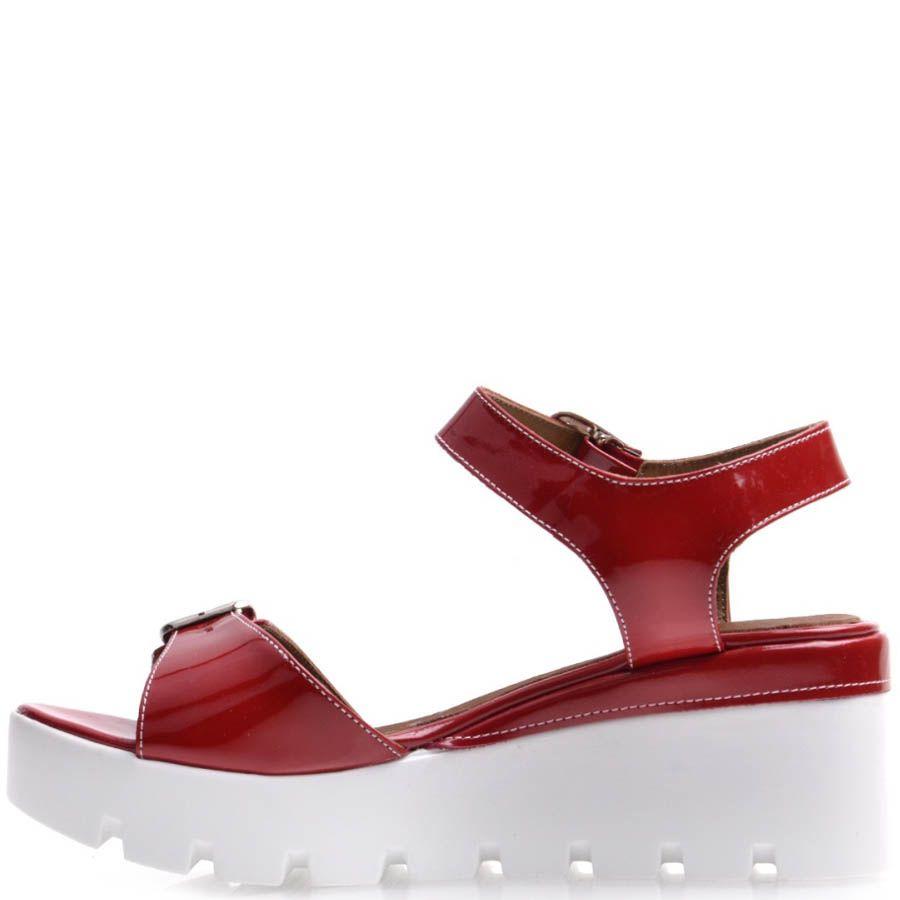 Босоножки Prego красного цвета лаковые с пряжками на спортивной подошве