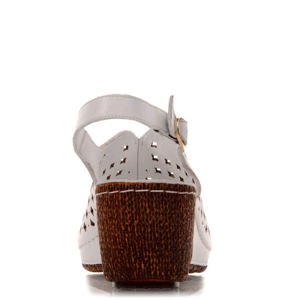 Белые босоножки Prego с перфорацией на коричневой танкетке