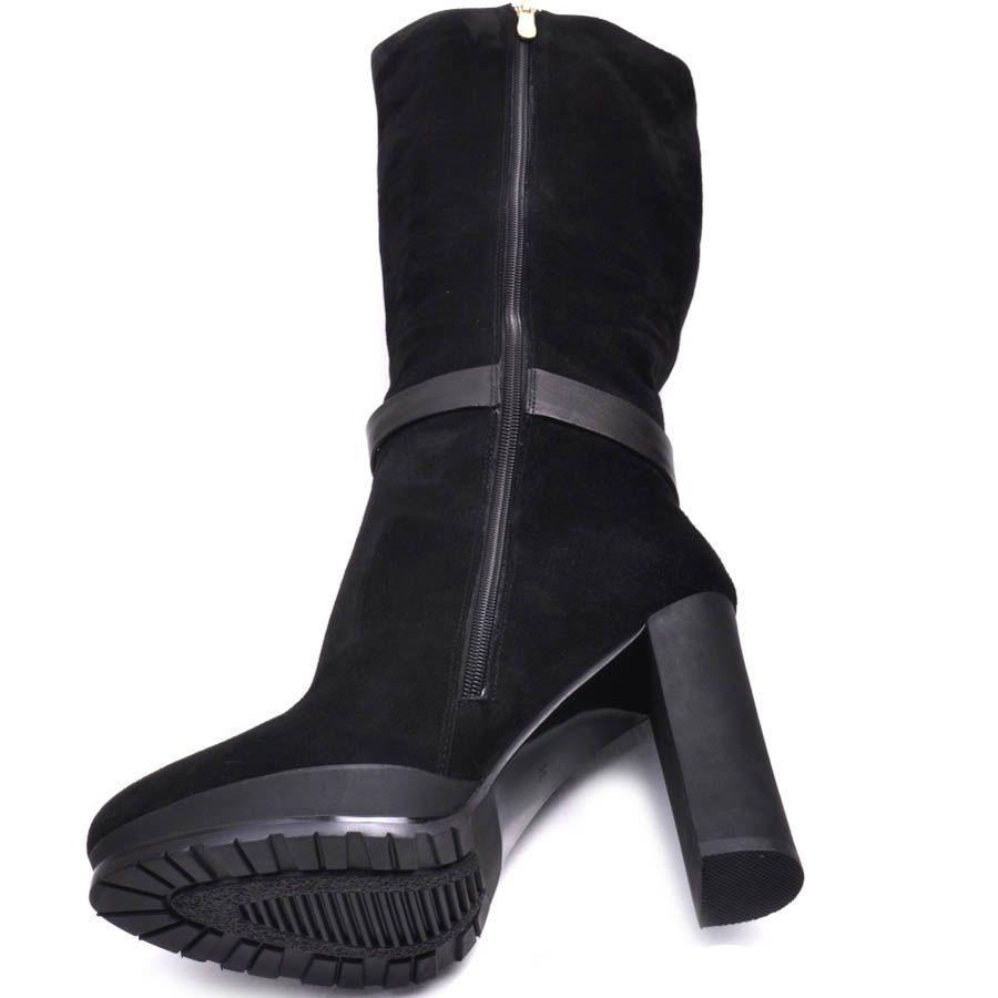Сапоги Prego из черной замши с узким носком на каблуке и с диагональной пряжкой