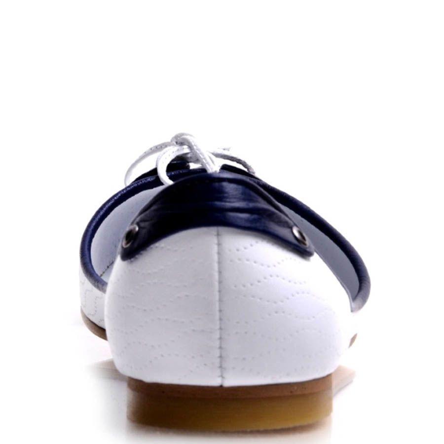 Балетки Prego белого цвета с синими вставками и декоративной шнуровкой