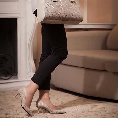 Туфли-лодочки Modus Vivendi из натуральной кожи бежевого цвета на среднем каблуке, фото