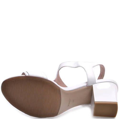 Босоножки Prego на толстом каблуке белого цвета с металлической рамкой на перемычке, фото