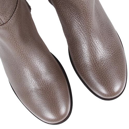 Сапоги The Seller коричневого цвета из зернистой кожи на плоском ходу, фото