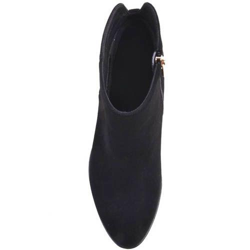 Ботильоны Prego черного цвета замшевые на широком каблуке с рельефной подошвой и хлястиком сзади украшеным золотистым кружком , фото