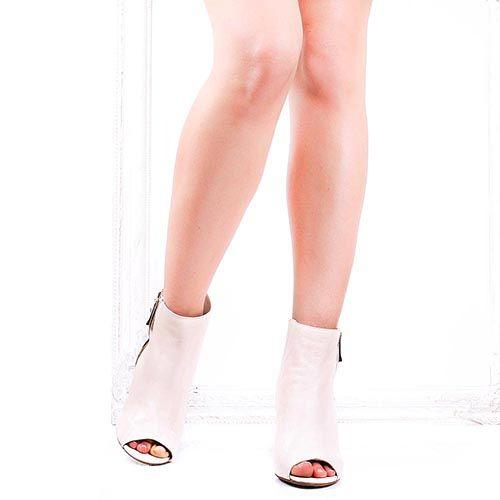 Кожаные ботильоны The Seller Julie Dee молочного цвета с открытым носочком, фото