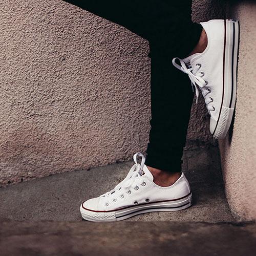 Белые кеды Converse Chuck Taylor с полосами вдоль подошвы, фото